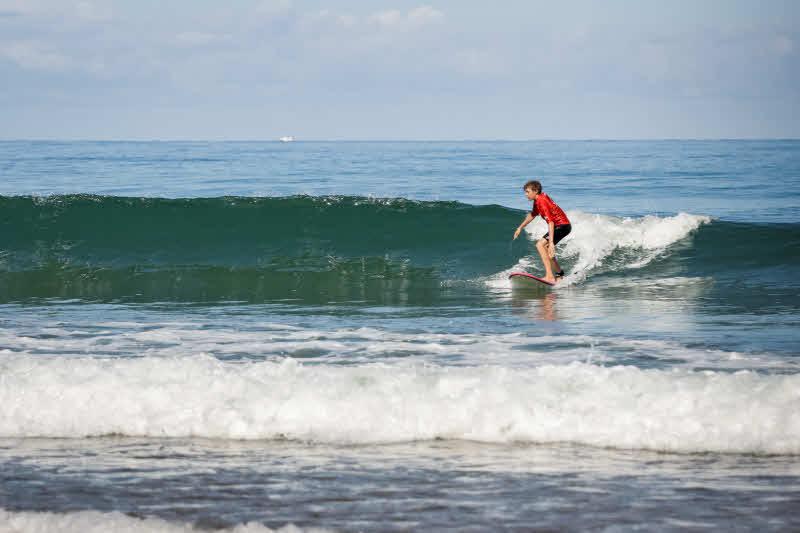 Wellenreiten lernen mit der Familie