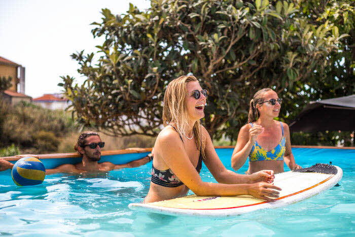 Surfcamp mit Pool auf dem Gelände