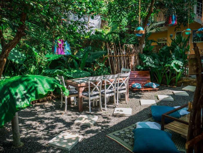 Surfcamp mit Dschungel Garten