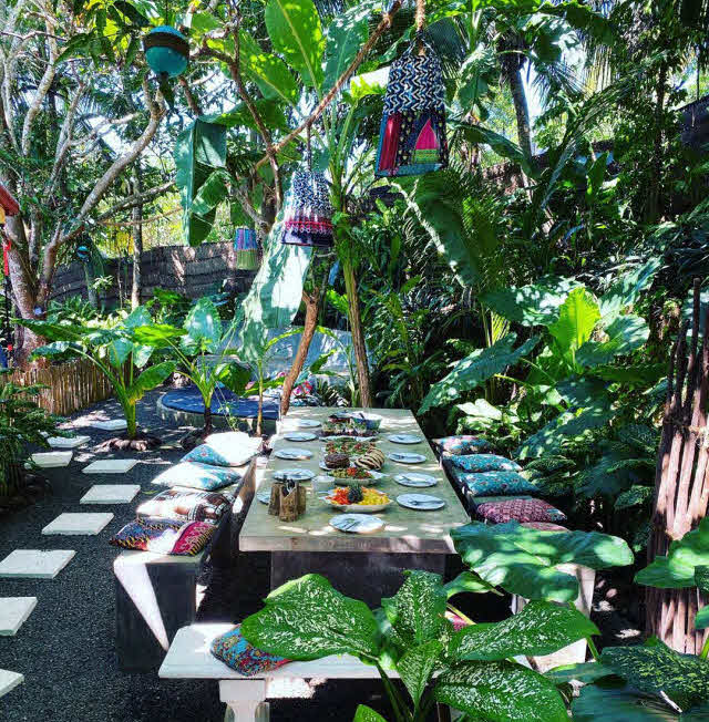 Tropischer Garten im Surfcamp